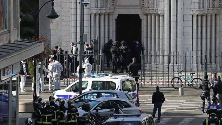 Polizisten der Eliteeinheit Raid treffen ein, um die Kirche Notre-Dame nach einem Messerangriff zu durchsuchen.