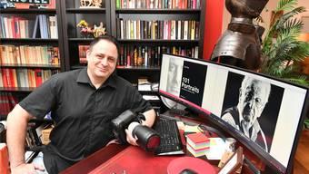 Anthony Troy im Fotostudio: das Titelbild des Buches (links) und der Porträtierte Peter Bichsel auf dem Bildschirm.