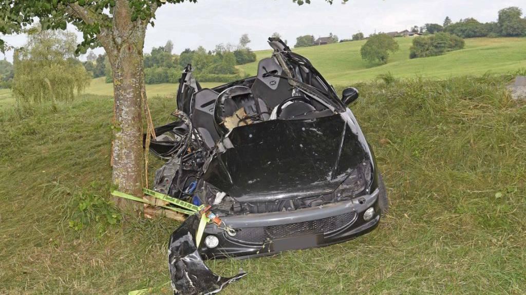 Auto fährt bei der Oberhallauer-«Bergrennstrecke» in Baum