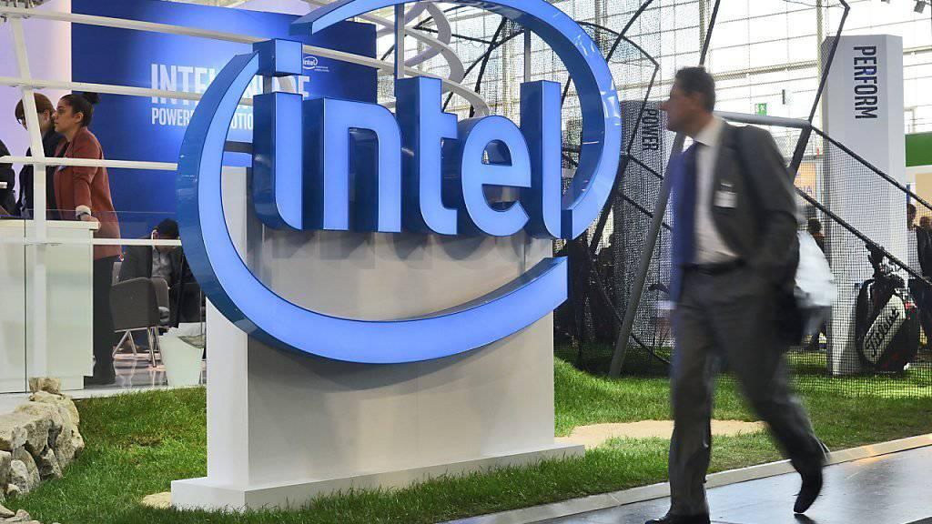 Intel-Stand an der CeBIT-Messe in Hannover: Der Chipkonzern schreibt starke Zahlen, ein laufender Umbau kostet aber tausende Stellen. (Archivbild)