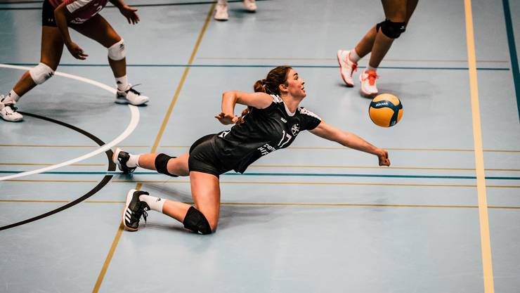 Rahel Künzler verteidigt einen Ball (Foto by Nightwalks & Daydreams Photography).