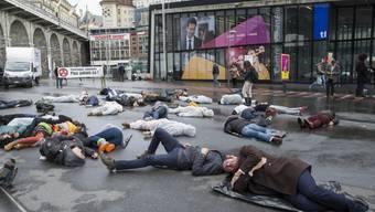 Mit einem Flash Mob wollten die rund 50 Aktivisten an die Opfer der Atomkatastrophe von Tschernobyl vor 30 Jahren.