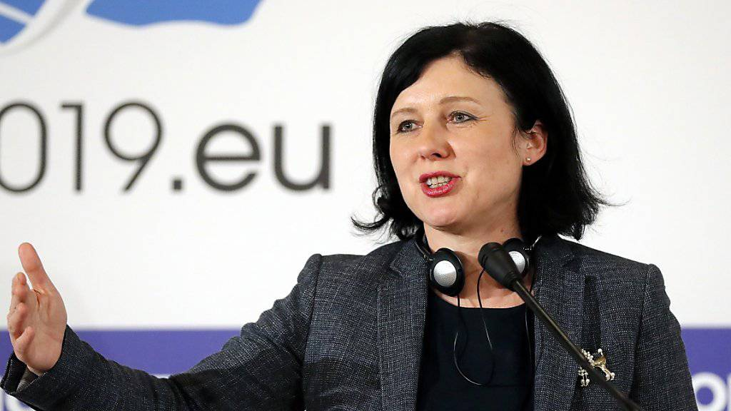 EU-Justizkommissarin Vera Jourova hat am Mittwoch in Strassburg die neue Geldwäscherei-Liste der EU vorgestellt. Insgesamt sind 23 Länder und Gebietskörperschaften gelistet - nicht aber die Schweiz. (Archiv)