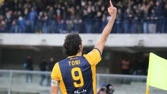 Luca Toni bejubelt eines seiner zwei Tore.