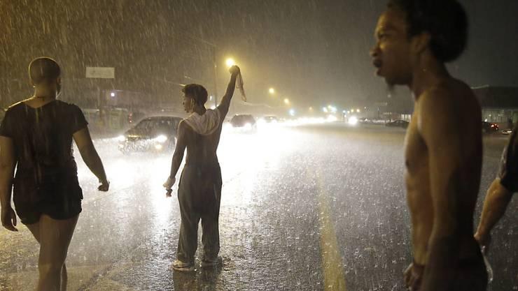 Nach friedlichen Protesten kam es in der Nacht zu Krawallen. Auch Schüsse fielen - mindestens eine Person wurde verletzt.