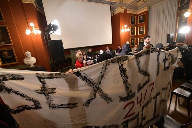 Impressionen vom Protest gegen das umstrittene Symposium von Peter Buser.