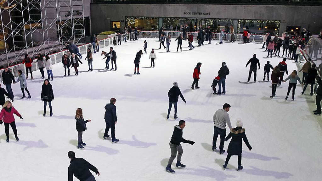 Schlittschuhlaufen am Rockefeller Center in New York: Die weltberühmte Eislaufbahn hat ihren Saisonstart gefeiert. (Archiv)