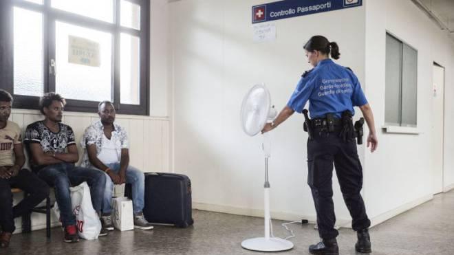 Die Basler Zöllner sind häufig im Tessin unterwegs. Sicherheitspolitiker wollen nun die hiesige Landesgrenze mit Soldaten bewachen lassen. Foto: Roland Schmid