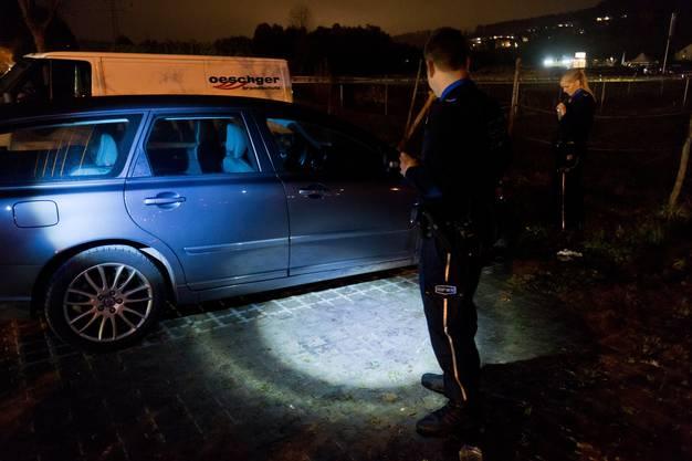 Ein verdächtiges Auto wird kontrolliert.