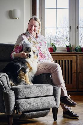 Heimleiterin Aila Haavisto mit der eigentlichen Herrin des Hauses: Australian-Shepherd-Hündin Sunny.