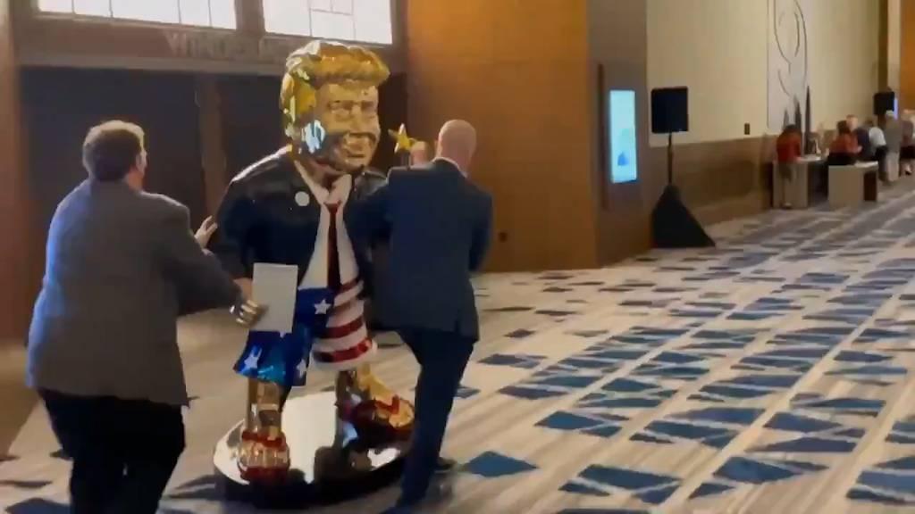 Goldiger Trump in Badehose sorgt für Zwist