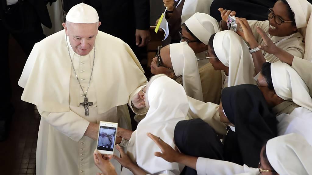 Papst Franziskus rief die Nonnen eines Karmelitinnen-Klosters auf, das Gespräch miteinander zu suchen.
