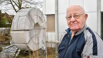 Bildhauer Paul Nünlist vor seinem grössten Werk, der Skulptur «Gemeinschaft», vor dem Gemeindehaus in Dulliken.