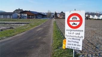 Unter anderem hier an der Einmündung von der Dottikerstrasse in den Wiesenweg steht neu eine Verbotstafel. So will der Gemeinderat den Schleichverkehr unterbinden, der auch bei der Schulanlage vorbeiführt (höchstes Gebäude im Hintergrund).