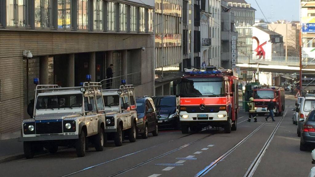 Im Untersuchungsgefängnis Waaghof in Basel hat es am Dienstag gebrannt. Die Feuerwehr rückte mit mehreren Fahrzeugen aus.