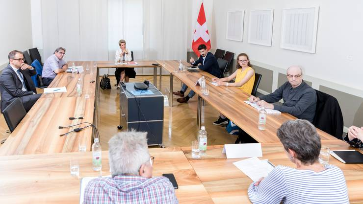 Die Leserinnen und Leser im Sitzungszimmer mit Bundesrätin Keller-Sutter.