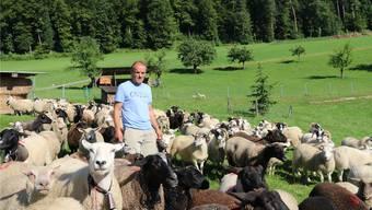 Wieder zu Hause in Bubendorf: Stephan Sprunger mit seinen Schafen, die er nach den Wolfsrissen vom Wochenende von der Urner Alp Oberberg zurückgeholt hat.