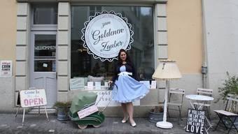 """Loredana Caponata vor ihrem Laden """"Zum Goldenen Zauber""""."""