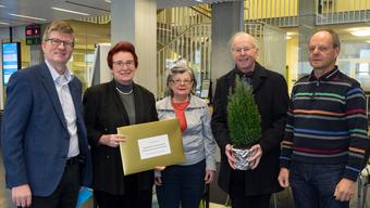 Die Initiative ist bei der Stadt eingereicht: v.l.n.r. Andreas Kriesi (Gemeinderat, GLP), Ingrid Hieronymi (Stadtschreiberin Schlieren), Béatrice Bürgin (SP), Toni Brühlmann-Jecklin (Stadtpräsident Schlieren) und Beat Rüst (Grüne)