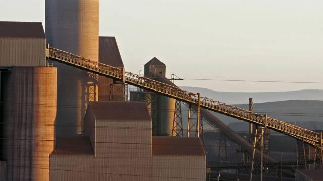 Stahlfabrik in der südafrikanischen Saldanha Bay (Archiv)