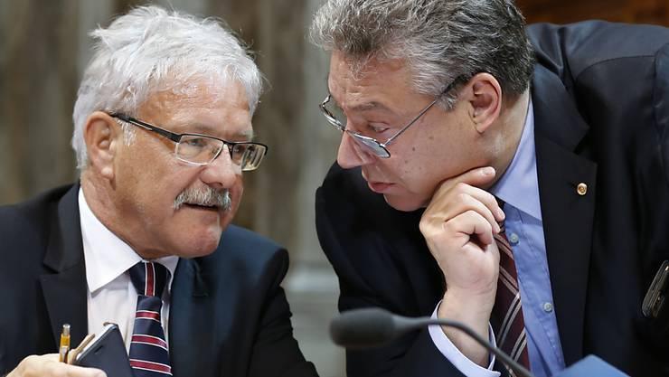 Das Budget 2016 bietet im Parlament weiterhin viel Diskussionsstoff - im Bild die Ständeräte Filippo Lombardi (CVP/TI, rechts) und Beat Vonlanthen (CVP/FR).