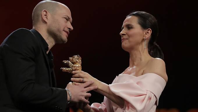 Jurypräsidentin Juliette Binoche überreicht den Hauptpreis dem israelischen Regisseur Nadav Lapid.
