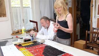 Die Künstler Christa Hunziker und Roland Hächler machen Schaufensterkunst aus altem Apothekenmaterial.