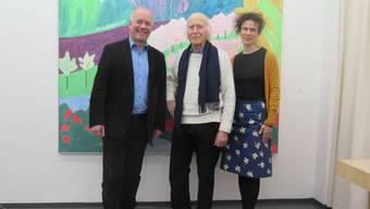 Stadtpräsident Martin Wey, Roman Candio und Kuratorin Katja Herlach (vl.) vor einem der geschenkten Werke, dem Acrylbild «Frühling» aus den Jahren 1986/87.