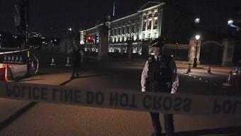Ein Polizist vor dem Buckingham-Palast nach der Festnahme eines Mannes mit einem Schwert. Nun gab es eine weitere Festnahme in dem Fall.
