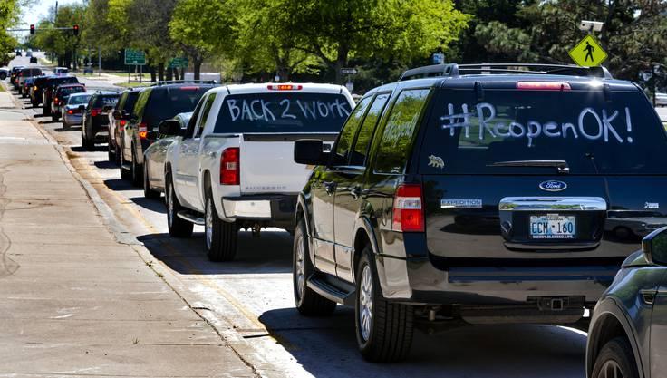 Diese mit Botschaften beschrifteten Autos waren Teil des Protestzuges in Oklahoma City. Die Teilnehmer fuhren in ihren Autos rund um das Oklahoma State Capitol, um gegen die Corona-Massnahmen zu protestieren.