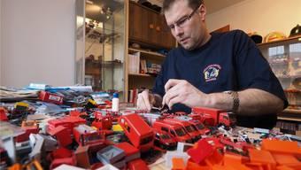 Viele seiner 2000 Modellfahrzeuge hat Daniel Roth in sorgfältiger Feinarbeit zusammen- und umgebaut.