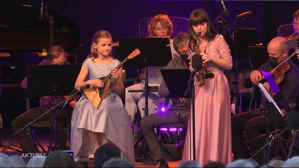 Zwei Mädchen stehlen Nicolas Senn die Show