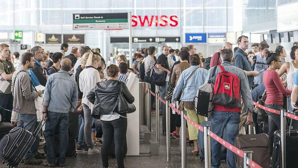 Von Jahr zu Jahr drängen sich mehr Reisende in den Schweizer Flughäfen. Seit 2000 beträgt die Zunahme 50 Prozent. (Archivbild)