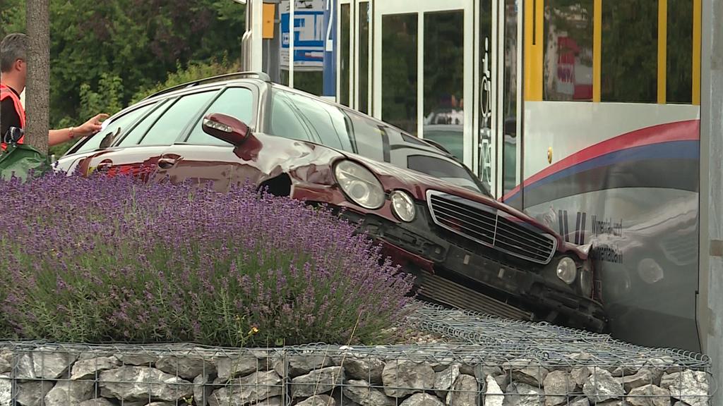 Auto wird vom WSB-Tram erfasst – zwei Personen leicht verletzt