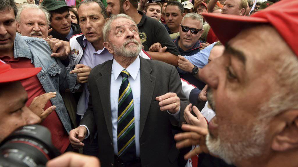 Brasiliens Ex-Präsident Lula da Silva nimmt ein Bad in der Menge nach seiner Anhörung vor Gericht in Curitiba.