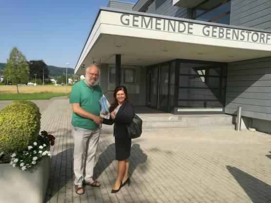 Übergabe der Petition an Gemeinderätin Giovanna Miceli
