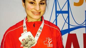 Elena Quirici mit ihrer Silbermedaille aus Istanbul.