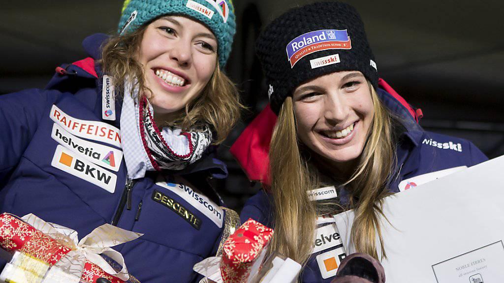 Michelle Gisin (links) und Jasmine Flury bei der Siegerehrung in St. Moritz