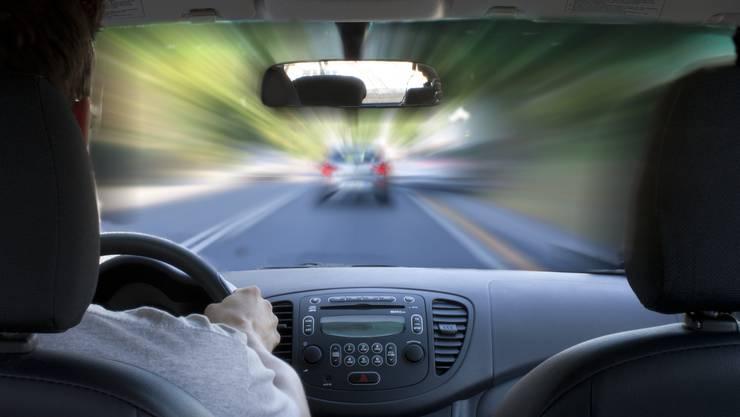 Die Kantonspolizei Zürich zog bei einer Geschwindigkeitskontrolle in Russikon mehrere Schnellfahrer aus dem Verkehr. (Symbolbild)