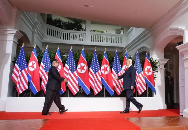 Die letzten Schritte vor dem historischen Handschlag.