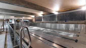So sieht das Hallenbad derzeit aus: Das Chromstahlbecken ist eingebaut. Die Eröffnung ist nun einen Monat später für den 28. November geplant