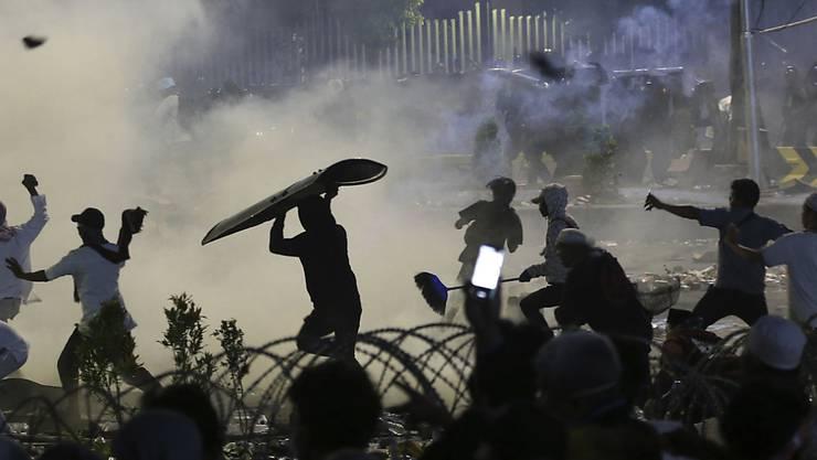 In der Nacht auf Donnerstag hat es in Indonesien wieder Ausschreitungen bei Demonstrationen gegeben.