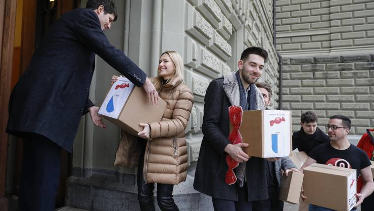 Reichten gestern die Unterschriften ein Camille Lothe, Präsidentin Junge SVP des Kantons Zürich (links) und Nicolas Rimoldi, Vizepräsident der Jungfreisinnigen des Kantons Luzern (rechts).