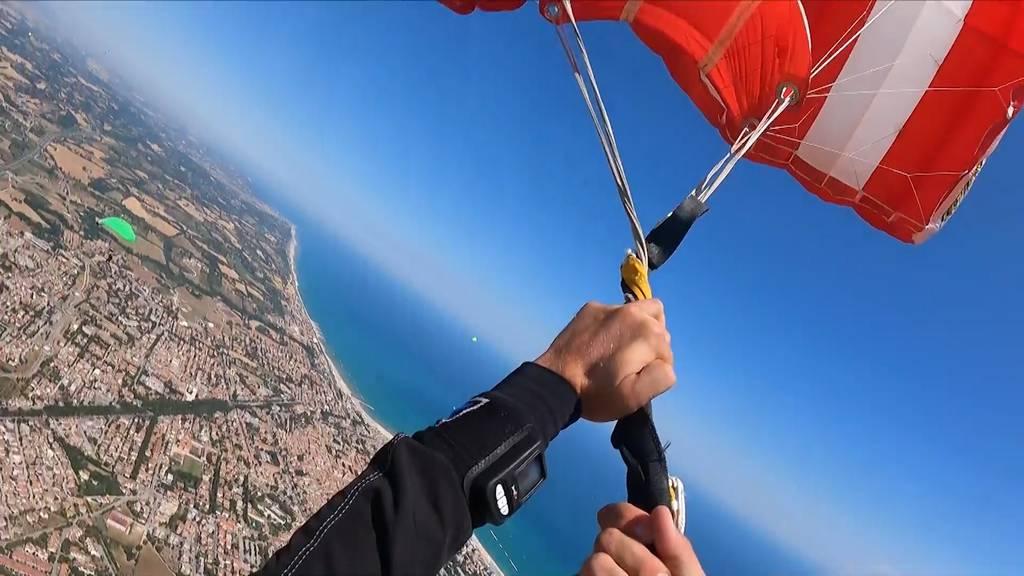 Helmkamera filmt Schreckmoment beim Fallschirmspringen