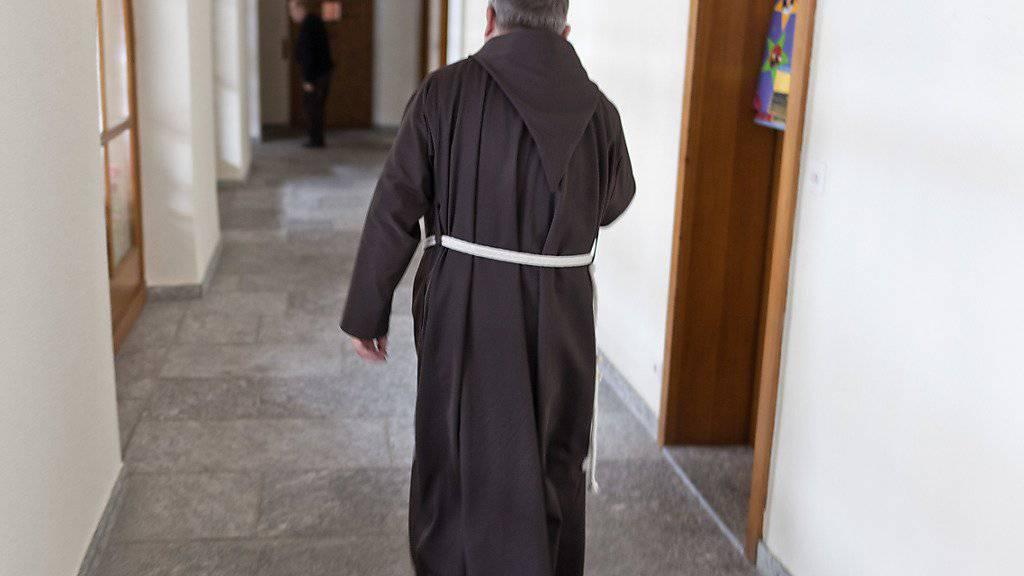Durch den Kreuzgang des Klosters Brig-Glis gehen schon bald keine Kapuziner-Brüder mehr, wegen Überalterung und fehlendem Nachwuchs wird das Kloster aufgegeben. (Archivbild)