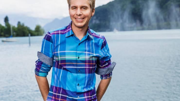 Schweizer durch und durch: Moderator Reto Scherrer feiert ausgiebig den 1. August und schwang jahrelang Fahnen, zweimal sogar am Eidgenössischen Jodlerfest. (Media Relations SRF)