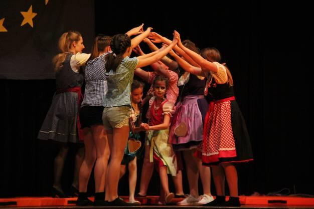 Tanzen auf dem Oktoberfest in München mit der Mädchenriege mittel
