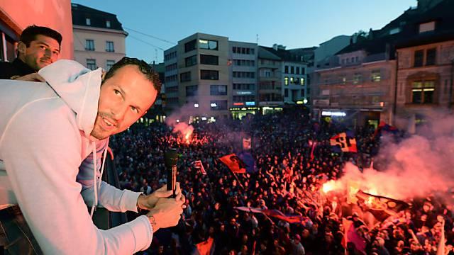 FCB-Star Maro Streller thront über der Menge auf dem Barfüsserplatz