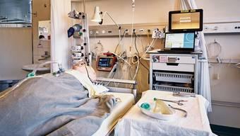Noch liegt nur ein Dummy im Intensivbett mit Beatmungsstation am Kantonsspital Aarau – dies könnte sich aber schon bald ändern.