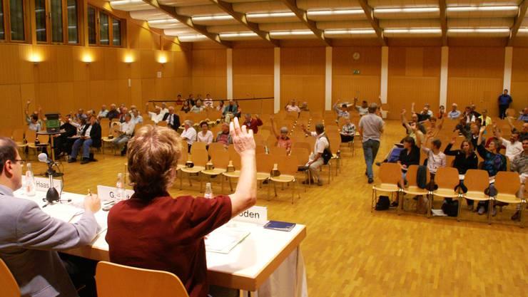 Ein Bild mit Gewohnheitscharakter: An den Gemeindeversammlungen bleibt der Saal oft halb leer. Das wollen Gemeinden nun ändern.Az-Archiv